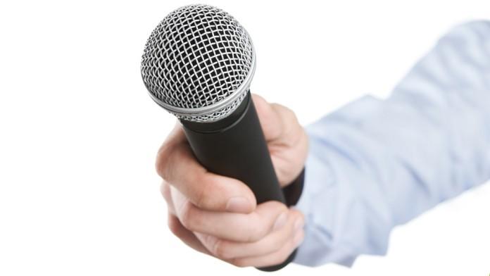 Mikrofon mit Hand