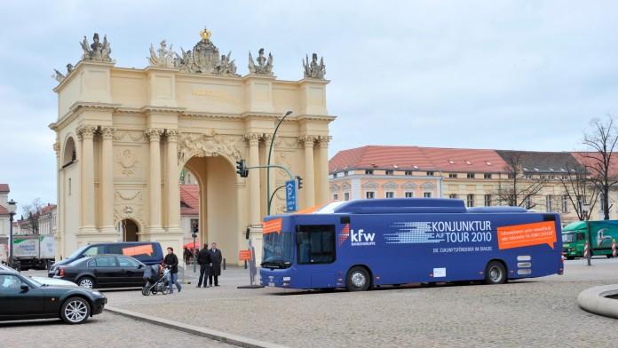 KfW-Konjunkturbus vor dem Brandenburger Tor in Potsdam