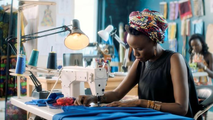 Afrikanische Arbeiterin an Nähmaschine