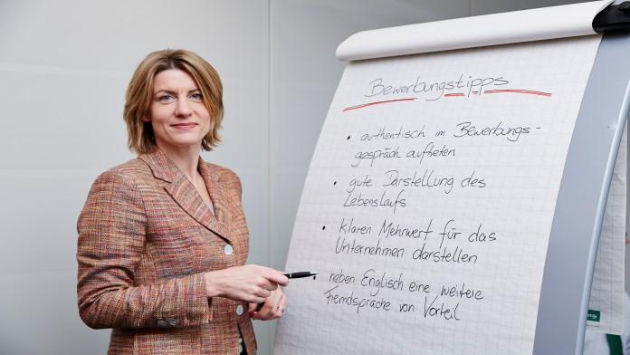 Frau erläutert vor Flip-Chart die Bewerbungstipps der KfW