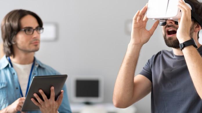 Zwei Menschen mit VR-Brille