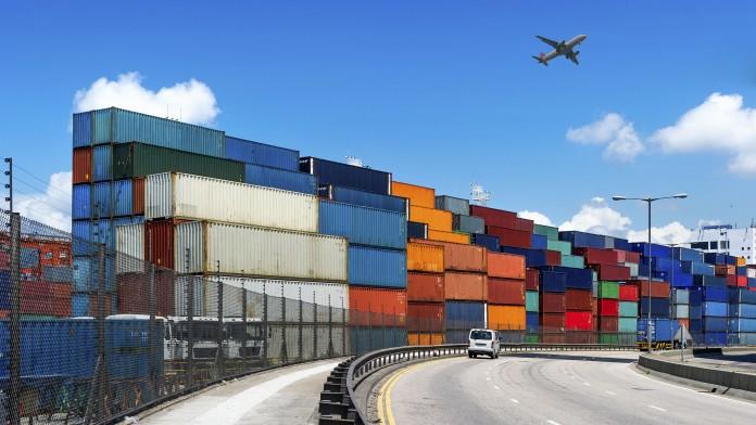 Viele übereinander gestapelte Container am Hafen