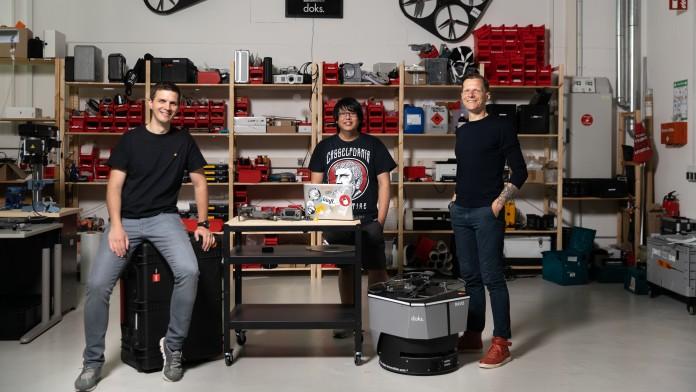 Drei Männer in einer Werkstatt