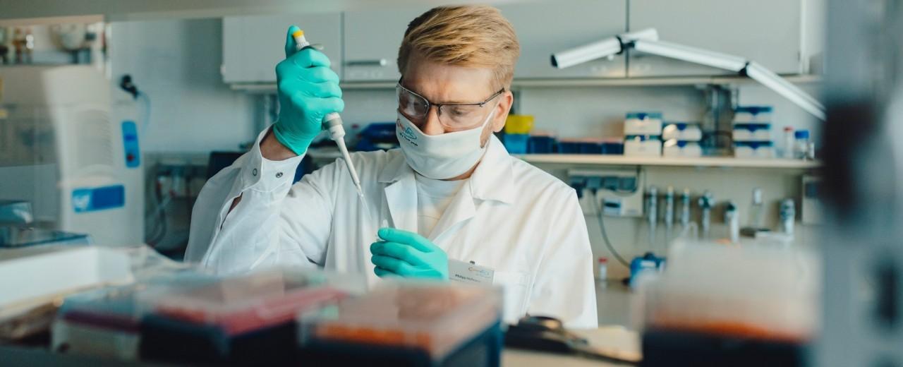 Mann mit Maske im Labor