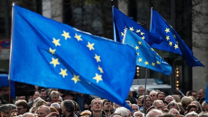 Menschen mit Europafahnen