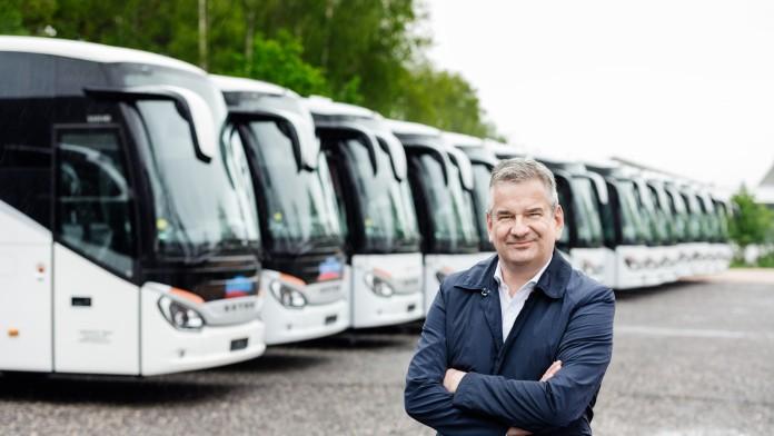 Mann vor Bussen