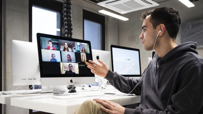 Coach mit Schülern beim Onlineunterricht am neuen Tumo Center in Berlin