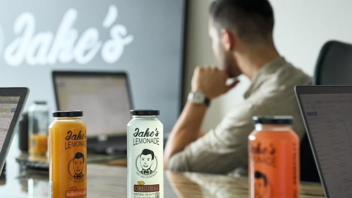 Jake's Limonaden stehen auf dem Schreibtisch, während die Gründer arbeiten.