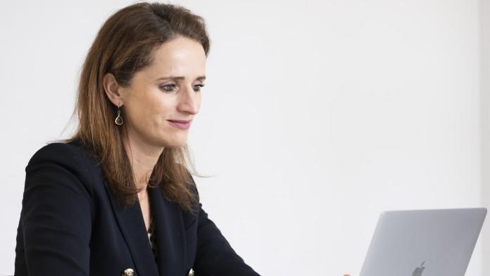 Verena Pausder arbeiten an ihrem Laptop
