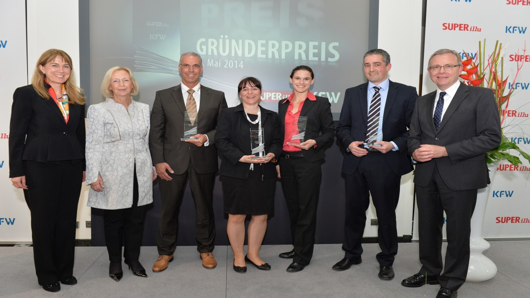 v.l.: KfW-Vorstandsmitglied Dr. Hengster, Bundesministerin Prof. Dr. Wanka und die diesjährigen Preisträger bei der feierlichen Verleihung in Berlin (Foto: Uwe Tölle)