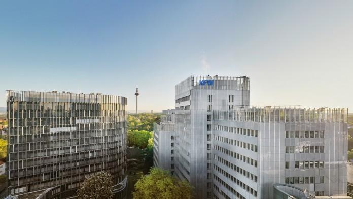 Drohnenaufnahme des KfW Standorts in Frankfurt. Im Vordergrund das Dach der Nordarkade, mittig im Bild das Gebäude der IPEX und das KfW Haupthaus. Der Himmel darüber ist wolkenlos.