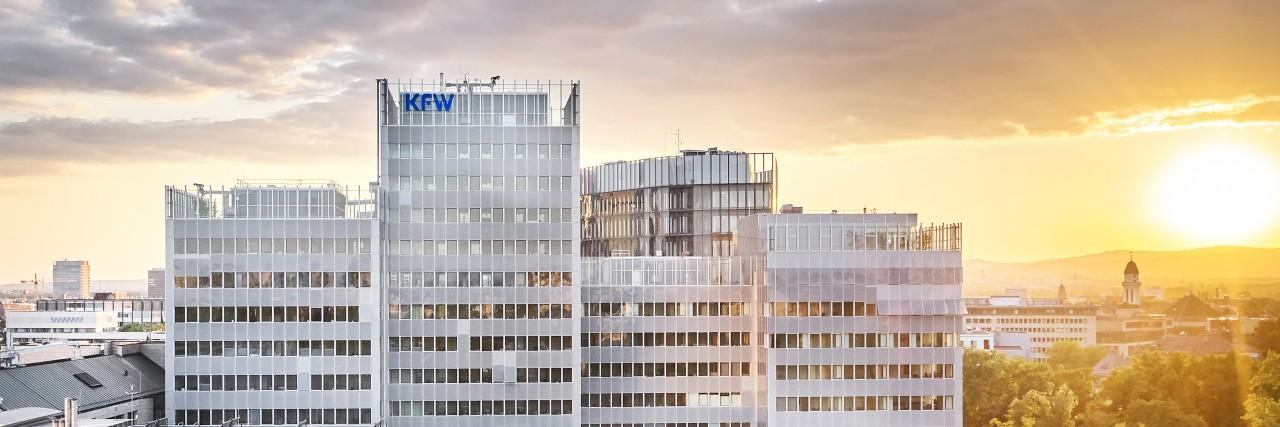 Luftaufnahme des KfW Gebäudekomplexes in Frankfurt. Im Hintergrund der Messeturm.