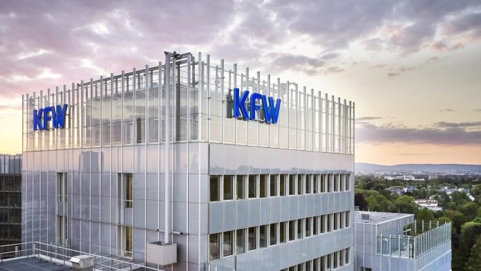 Luftaufnahme des KfW Haupthauses in Frankfurt kurz nach Sonnenuntergang.
