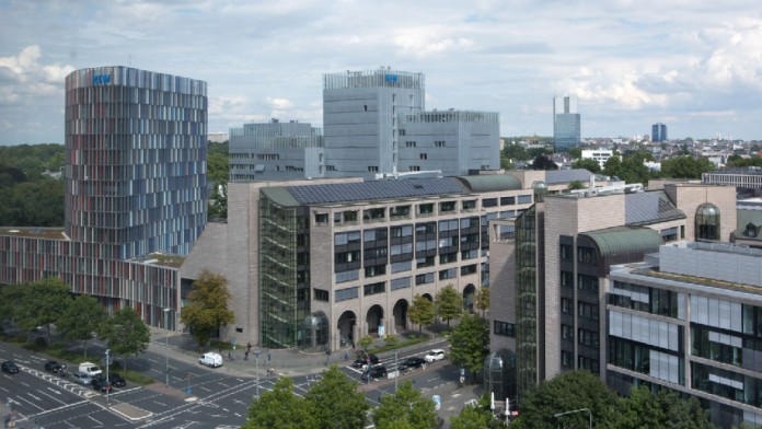 Luftaufnahme des Frankfurter KfW-Gebäudekomplexes bei Tag.