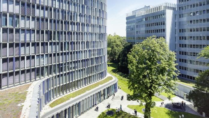 Ausschnitt des KfW-Gebäudekomplexes und dem begrünten Innenhof.