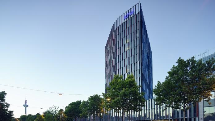 Abendaufnahme des IPEX Hochhauses der KfW Frankfurt. Im Hintergrund der Fernsehturm.