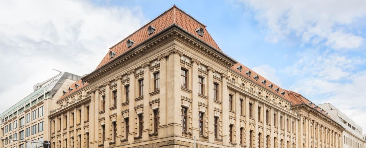 Außenansicht der KfW Berlin von der gegenüberliegenden Straßenseite.