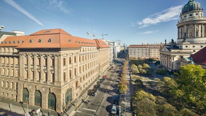 Luftaufnahme vom Eckgebäude der KfW Berlin. Gegenüber befindet sich der Französische Dom.