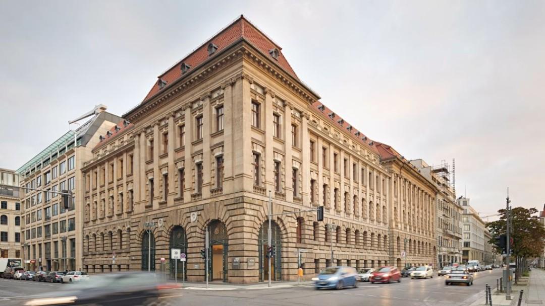 Außenansicht des Berliner KfW-Gebäudes an der Straßenkreuzung.