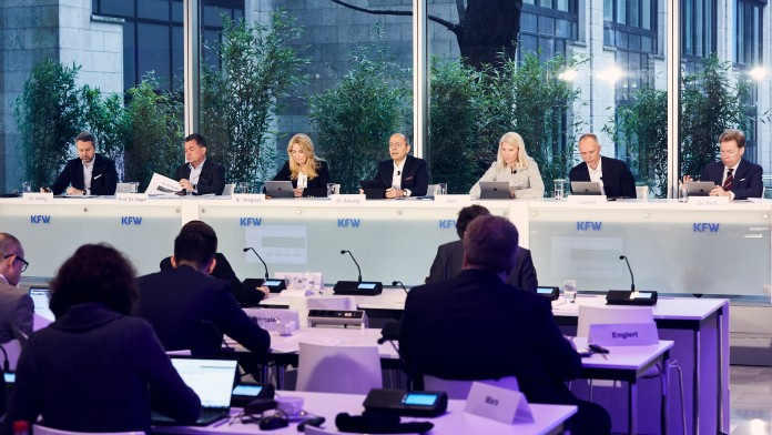 Der Vorstand der KfW sitzt auf dem Podium während der Jahresauftaktpressekonferenz 2020
