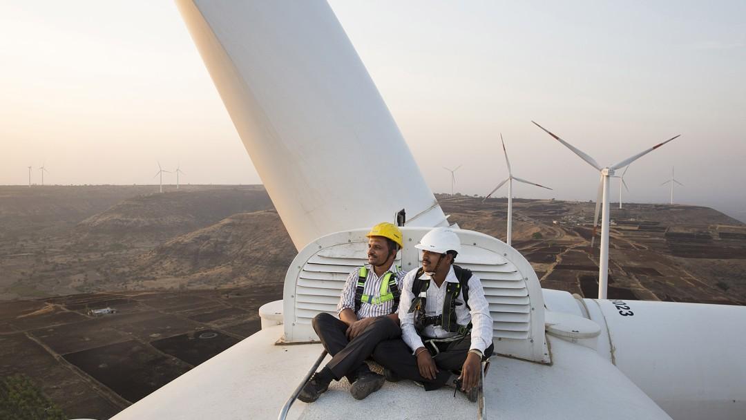 Windkraftrotor mit zwei Mitarbeitern in Indien