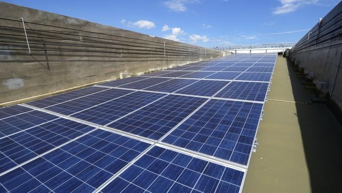 Solarzellen auf dem Dach des WM-Stadions in Belo Horizonte im März 2014, Minas Gerais, Brasilien