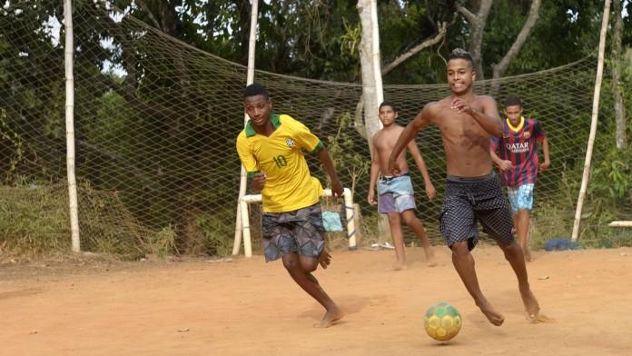 Jugendliche aus einer Favela spielen auf dem Bolzplatz in Rio de Janeiro Fußball, März 2013, Brasilien