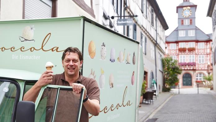 Gründer Jochen Jung mit Eis in der Hand vor einem Eiswagen