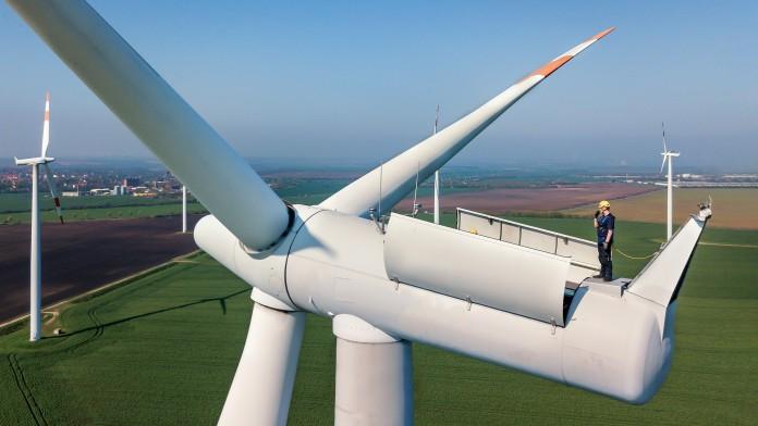 Arbeiter auf einem Windrad in der Uckermark, Deutschland, 2005
