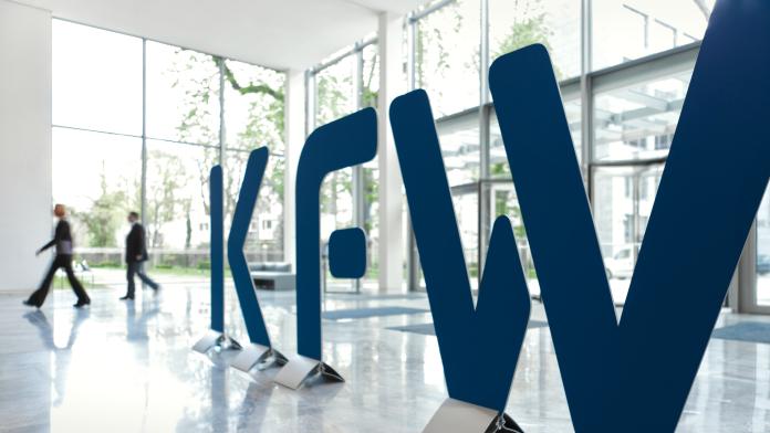 Logo der KfW im Eingangsbereich der KfW Zentrale in Frankfurt am Main