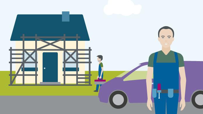 Handwerker stehen vor einem Haus, an dem ein Gerüst aufgebaut ist