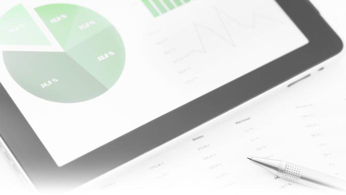 Tablet mit Charts und Diagrammen auf dem Bildschirm