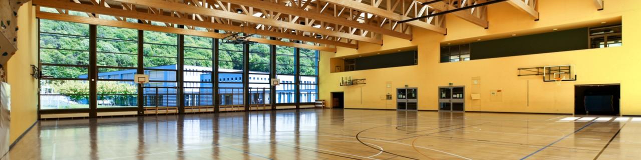 Innenansicht einer modernen und lichtdurchflutete Breitensporthalle