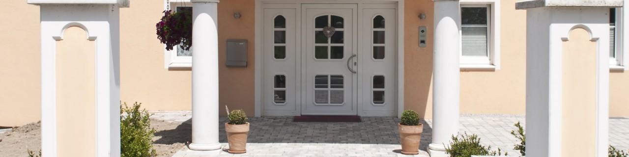 Ausschnitt der Außenansicht im Fensterbereich eines neuen modernen Gebäudes
