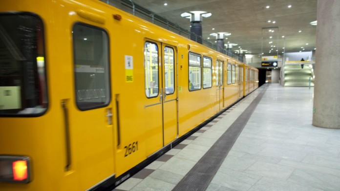 U-Bahn in einem U-Bahnhof