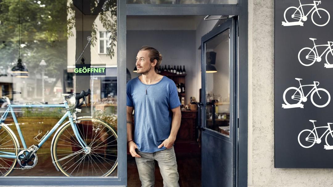 Gründer steht in der Eingangstür seines Ladens.