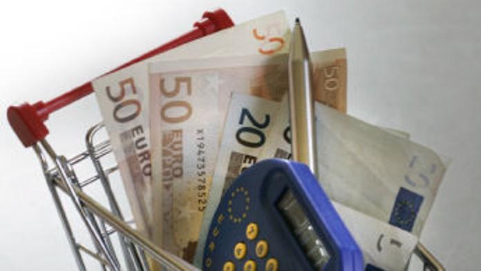Einkaufswagen mit Geld und Taschenrechner