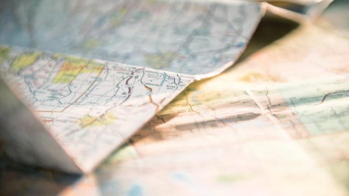 Verschiedene Landkarten auf einem Tisch
