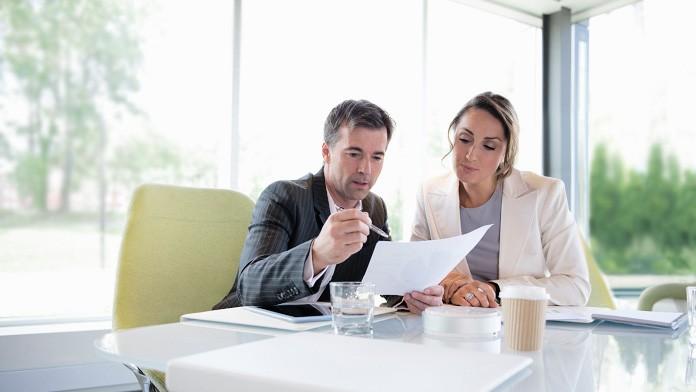 Mann und Frau im Meeting