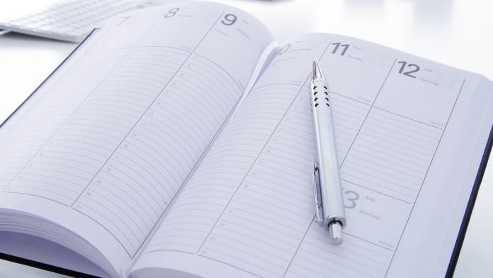 Geöffneter Taschenkalender mit Kugelschreiber