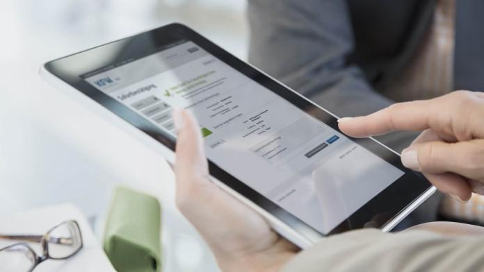 Tablet-PC auf Tisch zeigt KFW-Webseite
