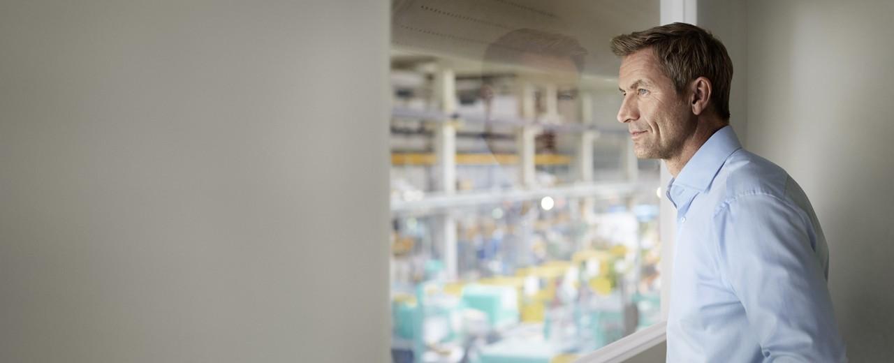 Unternehmer schaut in seine Produktionshalle