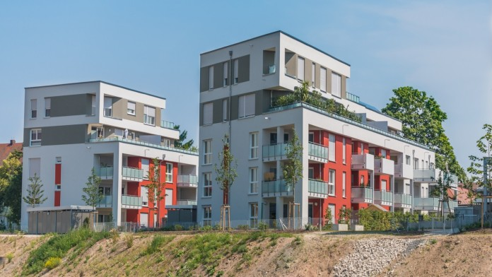 Neu gebautes Mehrfamilienhaus in einer Siedlung