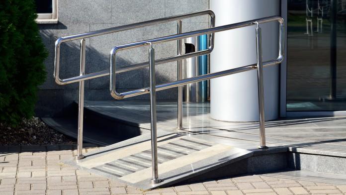 Metallrampe zu einem Gebäude mit Geländer