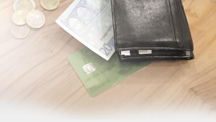 Portmonnaie und Geld auf einem Tisch