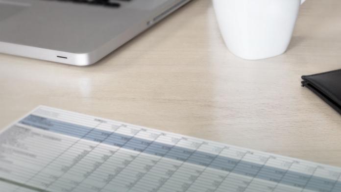 Kalender und Laptop auf einem Tisch