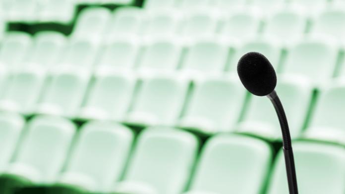 Mikrofon in einem leeren Hörsaal