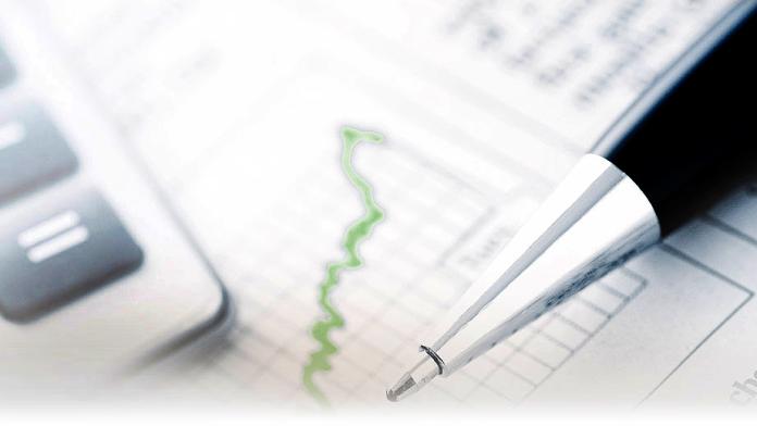 Ein Kugelschreiber und Taschenrechner auf einem Blatt Papier mit statistischen Auswertungen.