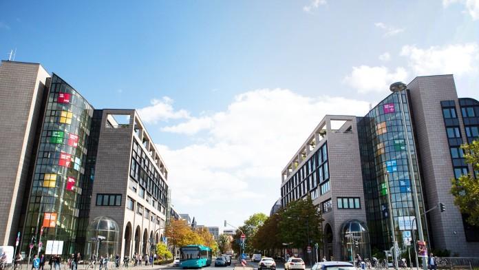 Blick auf die Büroebäude der KfW Bankengruppe in Frankfurt, Straßenansicht