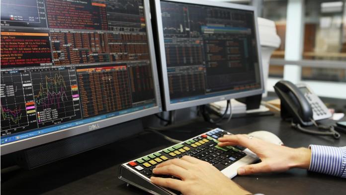 Händler vor einem Bildschirm